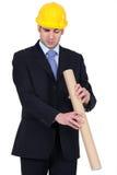 Hombre que mira con fijeza abajo de un tubo de cartulina Fotografía de archivo libre de regalías