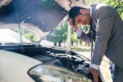 Hombre que mira debajo de la capilla del coche Fotos de archivo libres de regalías