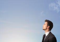Hombre que mira el copyspace del cielo azul Imágenes de archivo libres de regalías