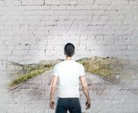 Hombre que mira el dibujo del camino Fotos de archivo