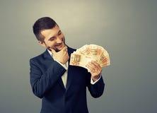 Hombre que mira el dinero Fotografía de archivo libre de regalías