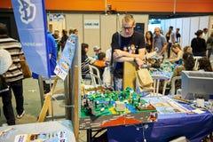 Hombre que mira el instalation del juego de Lego Fotografía de archivo