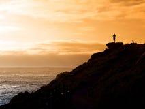 Hombre que mira el mar fotografía de archivo libre de regalías