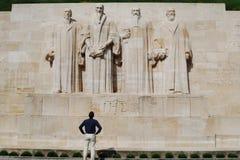 Hombre que mira el monumento de la pared de la reforma Imagen de archivo libre de regalías