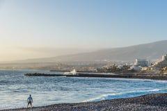 Hombre que mira el océano durante puesta del sol Imagen de archivo libre de regalías