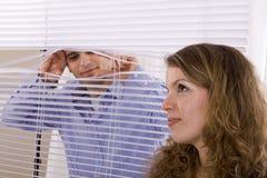 Hombre que mira a escondidas a la mujer Imagen de archivo libre de regalías