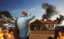 Hombre que mira la casa después de accidente de avión Fotos de archivo libres de regalías