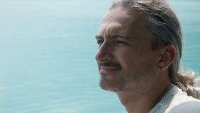 Hombre que mira la opinión del mar