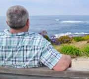 Hombre que mira la vista al mar Fotos de archivo libres de regalías