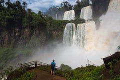 Hombre que mira las cascadas Imagen de archivo