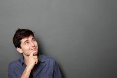 Hombre que mira para arriba para copiar el espacio Imagen de archivo libre de regalías
