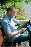 Hombre que mira smartphone Imágenes de archivo libres de regalías