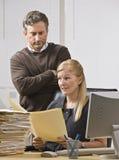 Hombre que mira sobre el hombro de la mujer imagen de archivo libre de regalías