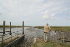Hombre que mira sobre los saladares Noordpolderzijl fotografía de archivo libre de regalías