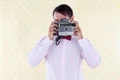 Hombre que mira a través de cámara media vieja del formato Fotos de archivo