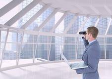 Hombre que mira a través de los prismáticos contra fondo del edificio imagen de archivo libre de regalías