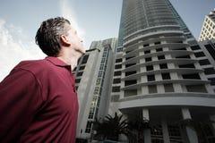 Hombre que mira un edificio Foto de archivo libre de regalías