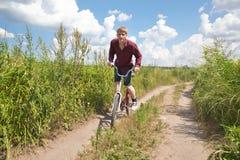 Hombre que monta la bici Fotos de archivo