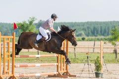 Hombre que monta un caballo Fotografía de archivo