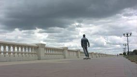 Hombre que monta un monopatín y que suelta la balanza Imagen de archivo