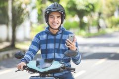 Hombre que monta un motorcyle o una moto foto de archivo libre de regalías