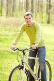 Hombre que monta una bici Imagen de archivo libre de regalías