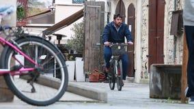 Hombre que monta una bici en la calle en Limassol almacen de metraje de vídeo