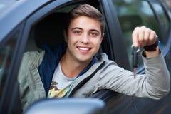 Hombre que muestra clave del coche Fotos de archivo