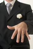Hombre que muestra el anillo - vertical Fotografía de archivo