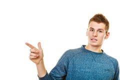 Hombre que muestra el espacio de la copia que señala con el finger Fotografía de archivo libre de regalías