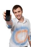 Hombre que muestra el móvil foto de archivo