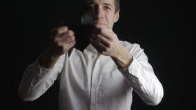 Hombre que muestra el monedero en blanco El hombre de negocios llora y sufre quiebra y crisis financiera almacen de video