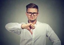 Hombre que muestra el pulgar abajo en la aversión Fotos de archivo