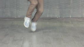 Hombre que muestra elementos de la danza contemporánea almacen de metraje de vídeo