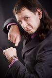 Hombre que muestra en el reloj Foto de archivo libre de regalías