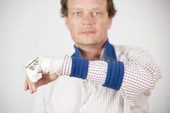 Hombre que muestra fractura Imágenes de archivo libres de regalías