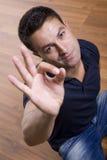 Hombre que muestra gesto aceptable Fotografía de archivo