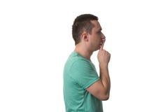Hombre que muestra gesto de Shh en el fondo blanco Imagen de archivo