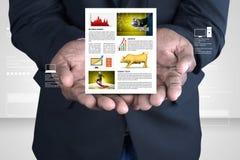 Hombre que muestra la carta del mercado de acción Imagen de archivo
