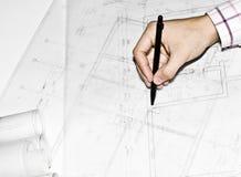 Hombre que muestra la configuración, proyecto de diseño constructivo Fotos de archivo libres de regalías