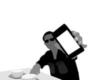 Hombre que muestra la exhibición del smartphone foto de archivo