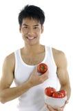 Hombre que muestra la fruta imagen de archivo