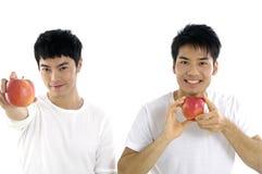 Hombre que muestra la fruta Foto de archivo