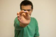 Hombre que muestra la píldora Fotografía de archivo