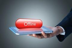 Hombre que muestra la tableta con concepto off-line Imágenes de archivo libres de regalías