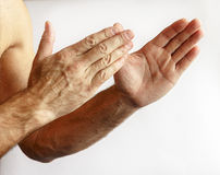 Hombre que muestra las manos Foto de archivo libre de regalías