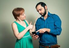 Hombre que muestra a mujer algo Imagenes de archivo