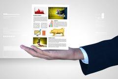 Hombre que muestra noticias del mercado de acción Fotos de archivo libres de regalías
