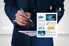 Hombre que muestra noticias del mercado de acción Imagen de archivo