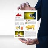 Hombre que muestra noticias del mercado de acción Imagenes de archivo